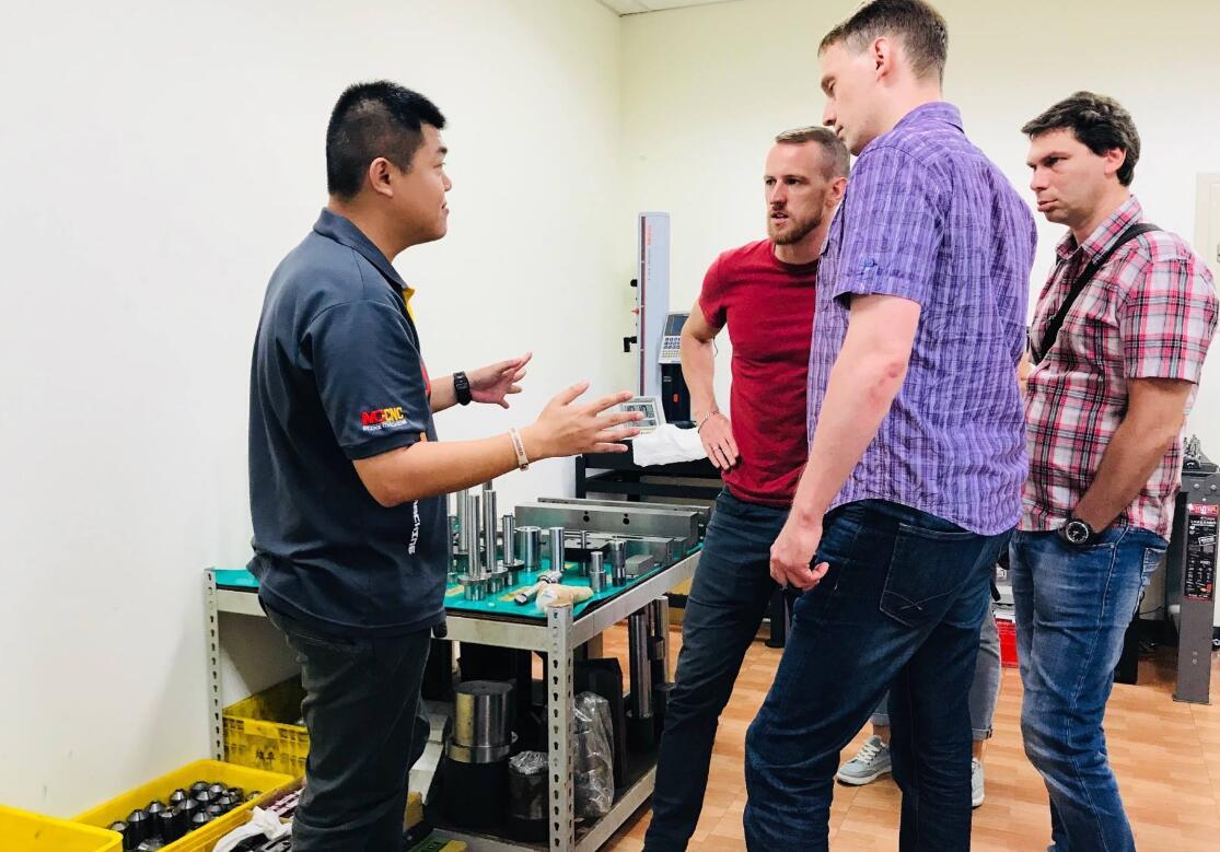 感谢来自国外的客户友人来参观我们的数控球面车床